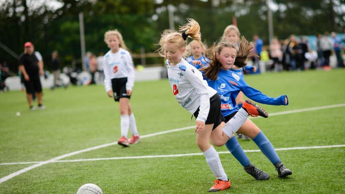 Hedvig Dreyer (9) i Stord J9 kjem i full fart slik at det blir ein liten smell-takling i det Mie Søgaard (9) i Trott går for ballen.