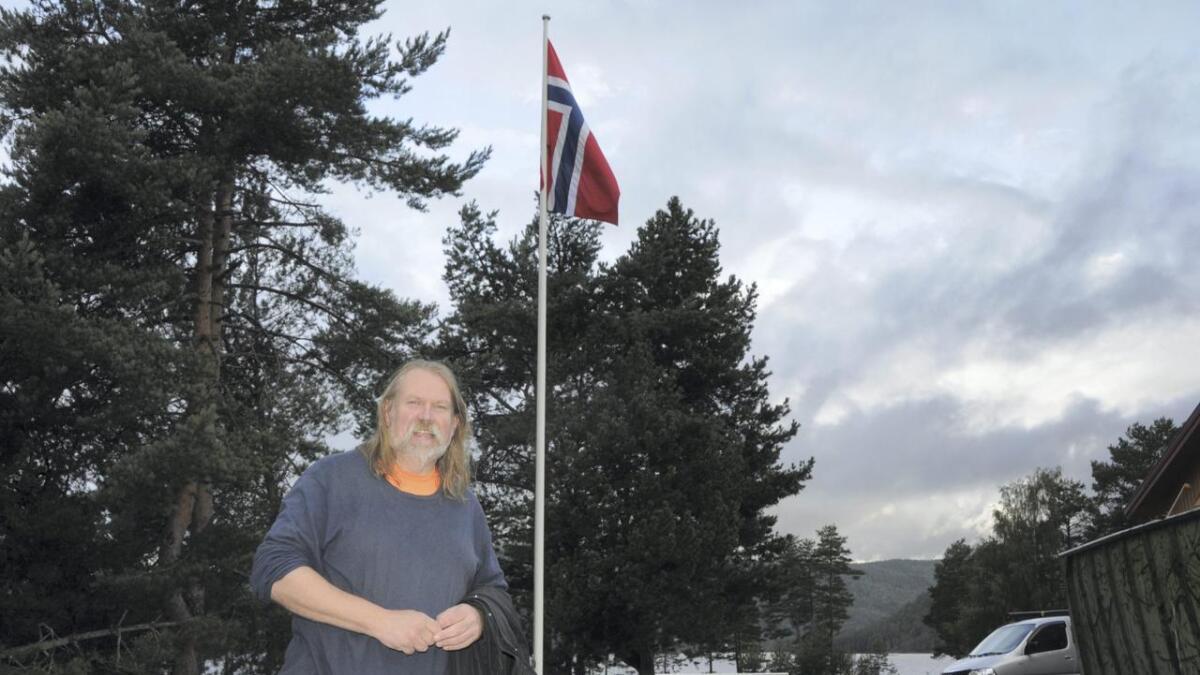 Russel Thomas passar alltid på at det blir flagga på kommunal stong i Nissedal sentrum. Alle