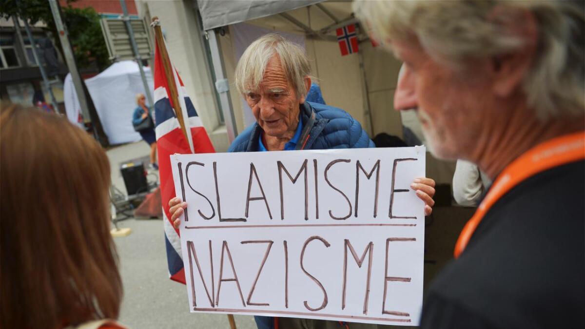 Arne Tumyr fikk «nei» til å vise denne plaketen da to resoerentanter fra Arendalsuka stilte opp på SIAN-standen for å godkjenne hva han kunne kunne formidle til de besøkende på Arendalsuka 2018.