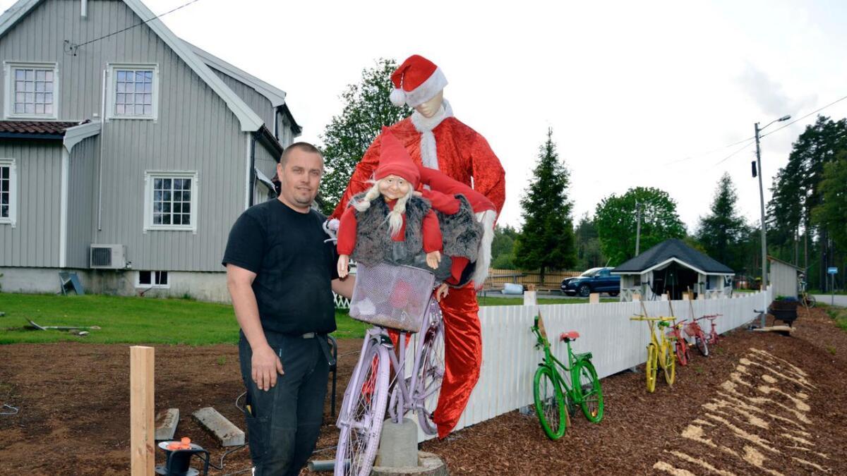 Da sykkelløpet Tour of Norway skulle forbi huset hans og Kjell Rune Strømstad (41) så at folk på Evje lurte på om det var noe lokalt arrangement på gang, slengte han nissen på sykkelen, fikk tak i pølser og laget fest.