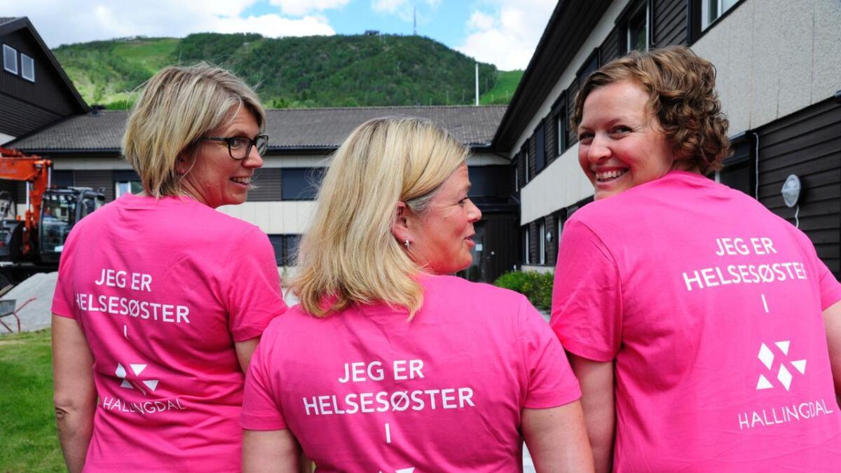 Sidan 2015 har Hallinghelse vore i drift som eit interkommunalt samarbeid. Tysdag sa eit knapt fleirtal i Gol, ja til å vidareføre og utvide prosjektet. Biletet er frå eit «kickoff» med helsestasjonane. F.v. leiande helsesyster i Flå, Siv Merethe Glesne, prosjektleiar Gunhild Ween Helberg og rådgivar i Hallinghelse, Gunhild Hustad, som alle har fått nye T-skjorter.