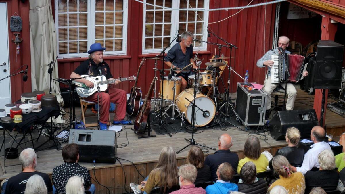 Knut Reiersrud, Ole Hamre og Gabriel Fliflet har alle meninger de gjerne bringer inn imusikken. Her i Bakgården mandag.