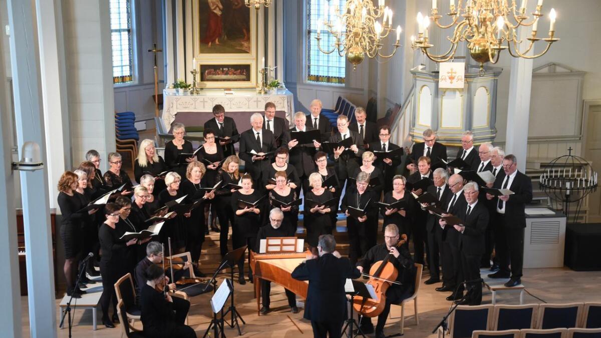 Bremnes Kantori vart akkompagnert av Orlaug Evensen (fiolin), Amas Karakystyk (fiolin), Ole André Krukhaug (fiolin), Jarle Kristoffersen (cello) og Ivar Mæland (cembalo og orgel).