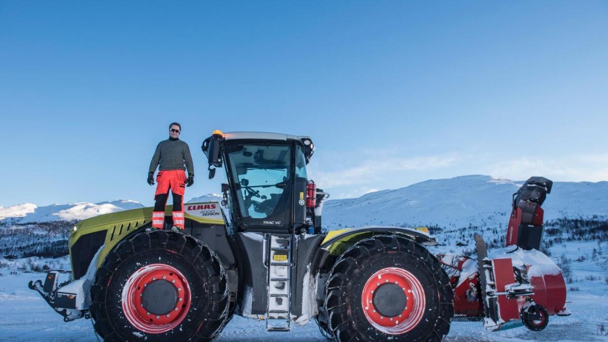 Tormod Eitrheim er maskinentreprenør i Hemsedal. Arbeidsplassen er ein CLAAS Xerion 4000. – I mine auge er dette verdas beste traktor. Me er bestekompisar, seier han.