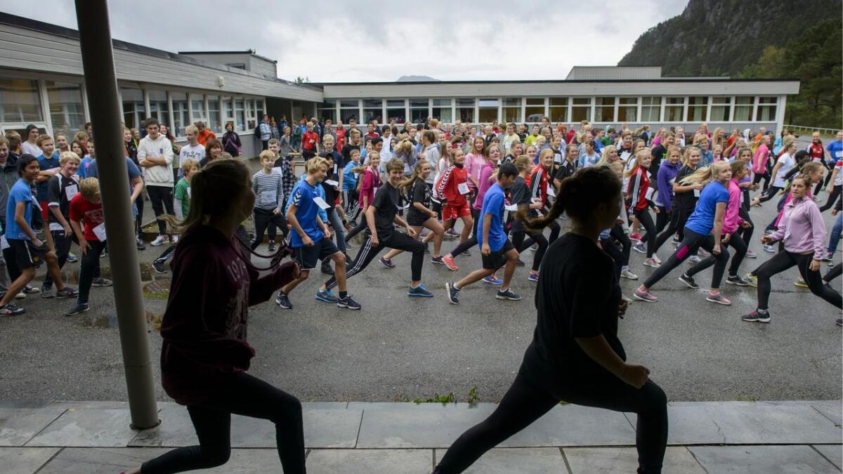 Skulejoggen er eit årleg arrangement på Nysæter (Hanna Ask og Melissa Dahl i front i 2013). Men kor stor er aktiviteten til 8.-klassingane i ei vanleg veke? <br> Arkiv