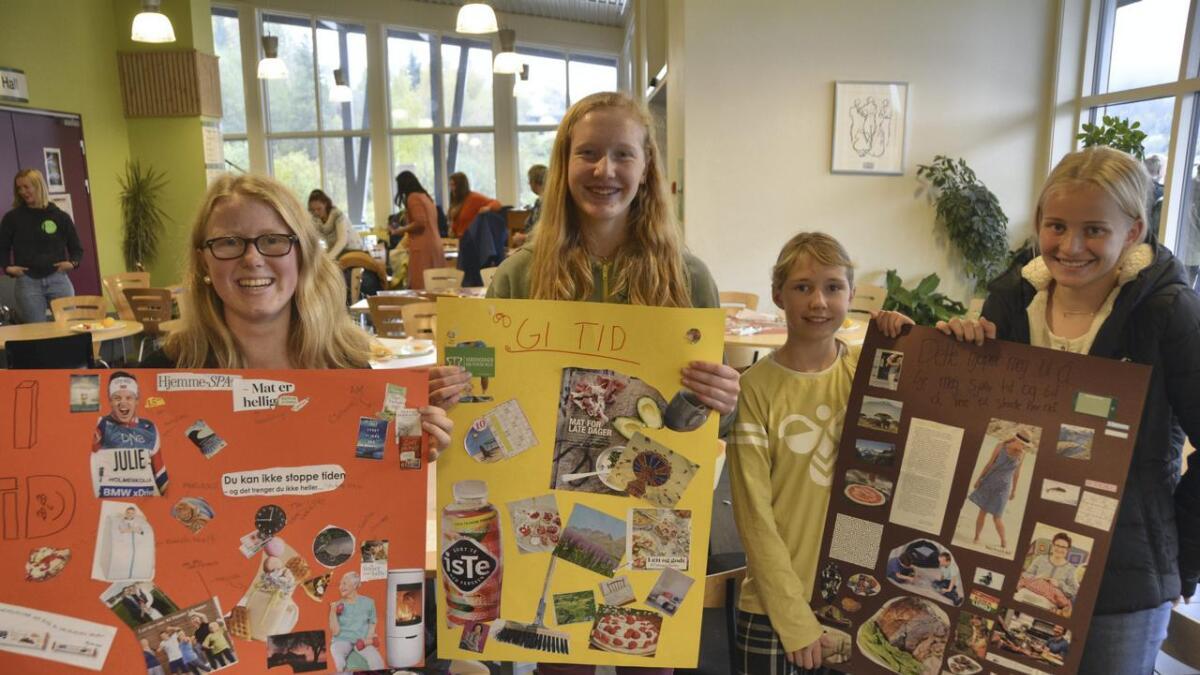 Agnes Marie Hægeland (t.v.), Marie Spikkeland Holm, Christina Ståland Kåsin og Maren Tveiten viser fram plakatane som vart laga på gruppene dei var med i. Alle
