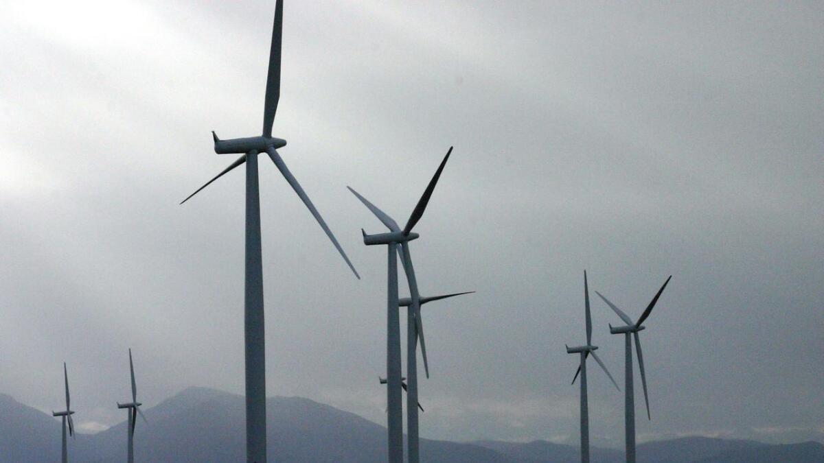 Vindm‡¶lleparken p‡• Sm‡¶la er utvidet fra 20 til 68 vindturbiner, og er n‡• Europas st‡¶rste landbaserte vindkraftanlegg. Bilene under m‡¶llene blir sm‡• i forhold til t‡•rnene og vingene som har et spenn p‡• 68 meter.