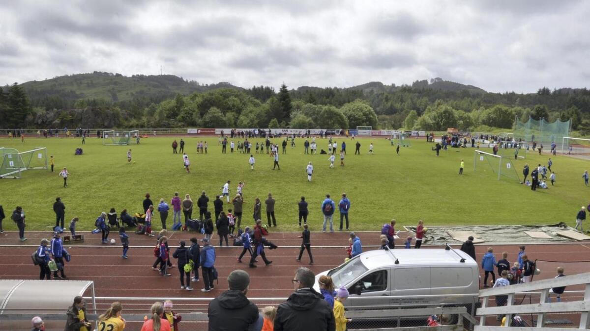 Mange følgde med på cupen frå tribunen, med god utsikt til fleire kampar som føregjekk parallelt. På bane tre til venstre spelte Bjarg Søråshøgda 1 mot Fana Cosmos (G10). Attmed på bane fire spelte FK Bergen NordNord mot Fana Neptun (G11).