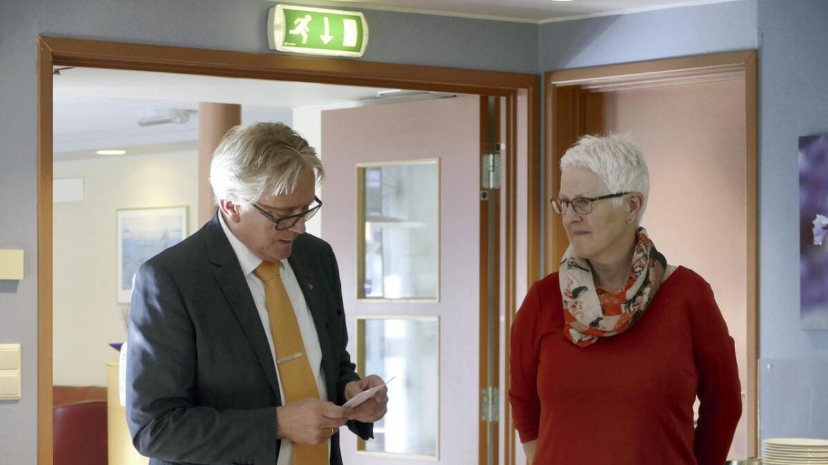 Ordførar Eirik Haga takka poltisk sekretær Sølvi Legård for lang og tru innsats. – Me er mange som er spente på korleis det skal gå utan deg.