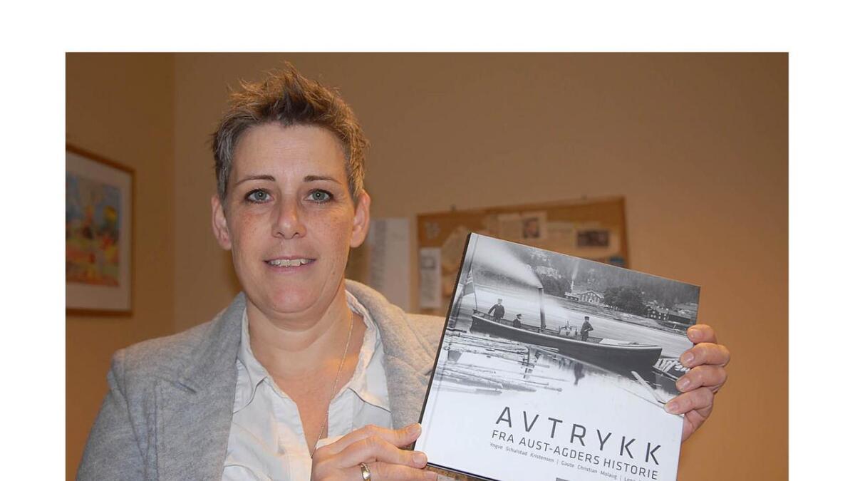 Monika Kurszus Håland frå Aust-Agder museum med den nye boka som markerer at også Aust-Agder som fylke snart er historie.
