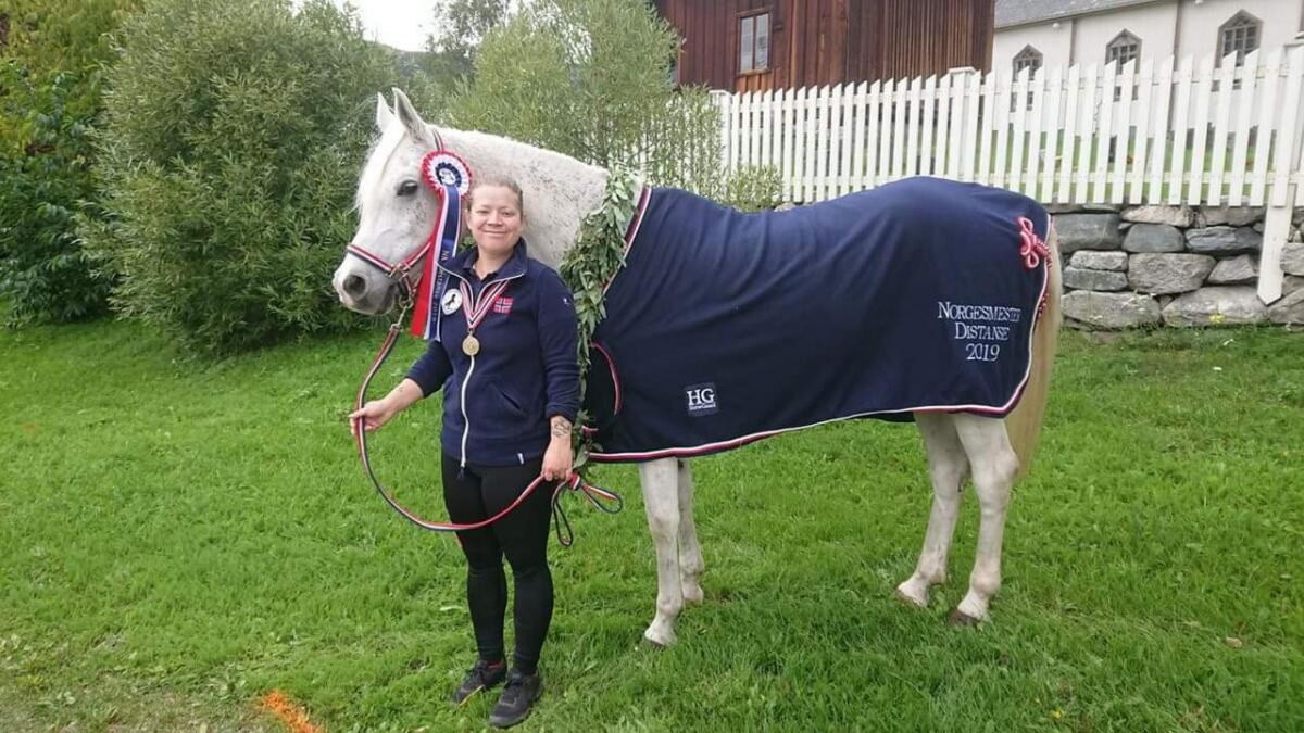 Mari Kolstadbråten Ekra og hesten Zensai tok NM-gull på 120 km i helga.