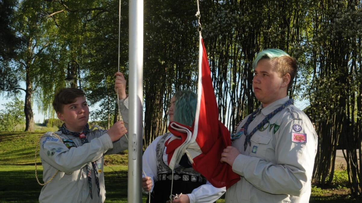 Speiderne deltok som vanlig i flaggheisingen på Bautaplassen, fra v. Sigurd Røsseland Bredesen, Julie Skjønhaug og Martin Unes.