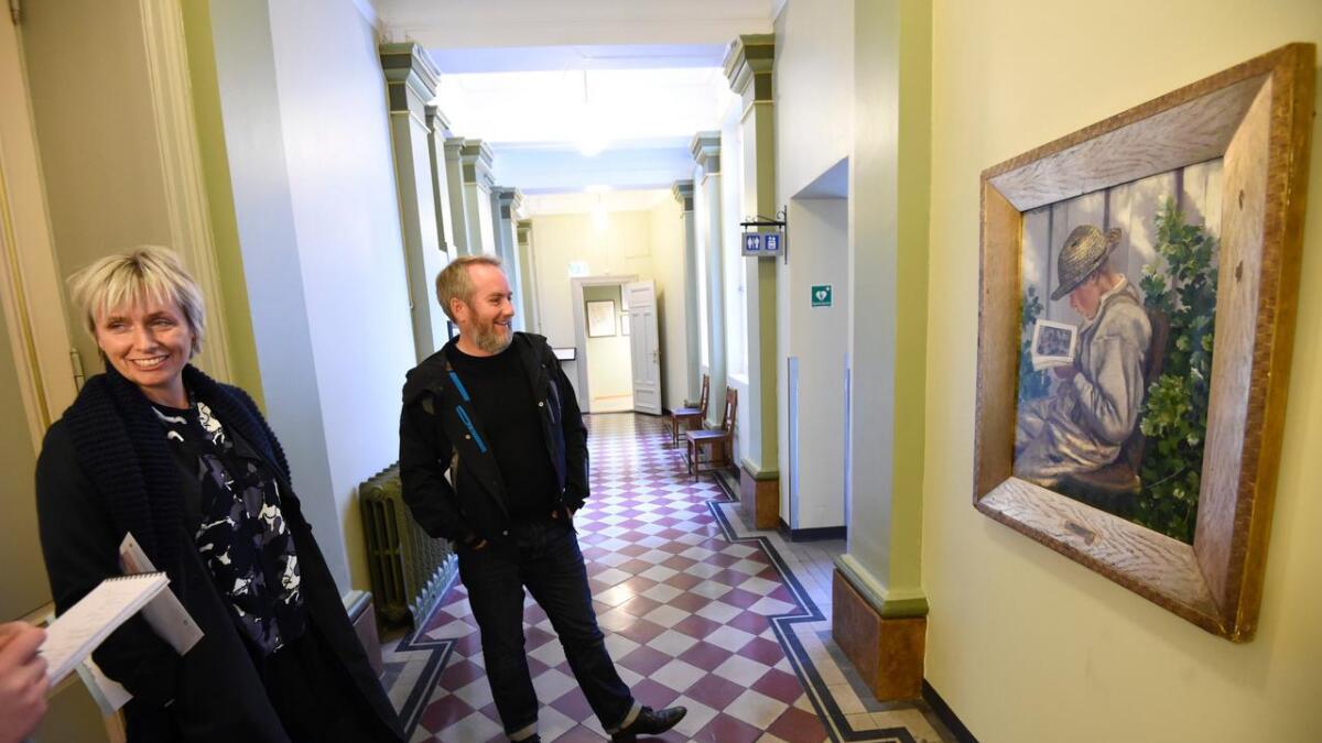 Skien kommune har et «galleri» i rådhuset, som Tom-Erik Lønnerød og kultursjef Guro Honningdal gjerne viser fram. Arkiv
