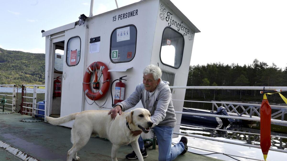 Gerard de Ruiter er skipper på Telemarks minste bilferje, «MF Nissen». Han har       lange dager, men god tid til å kose med labradoren «Boy» mellom avgangene.