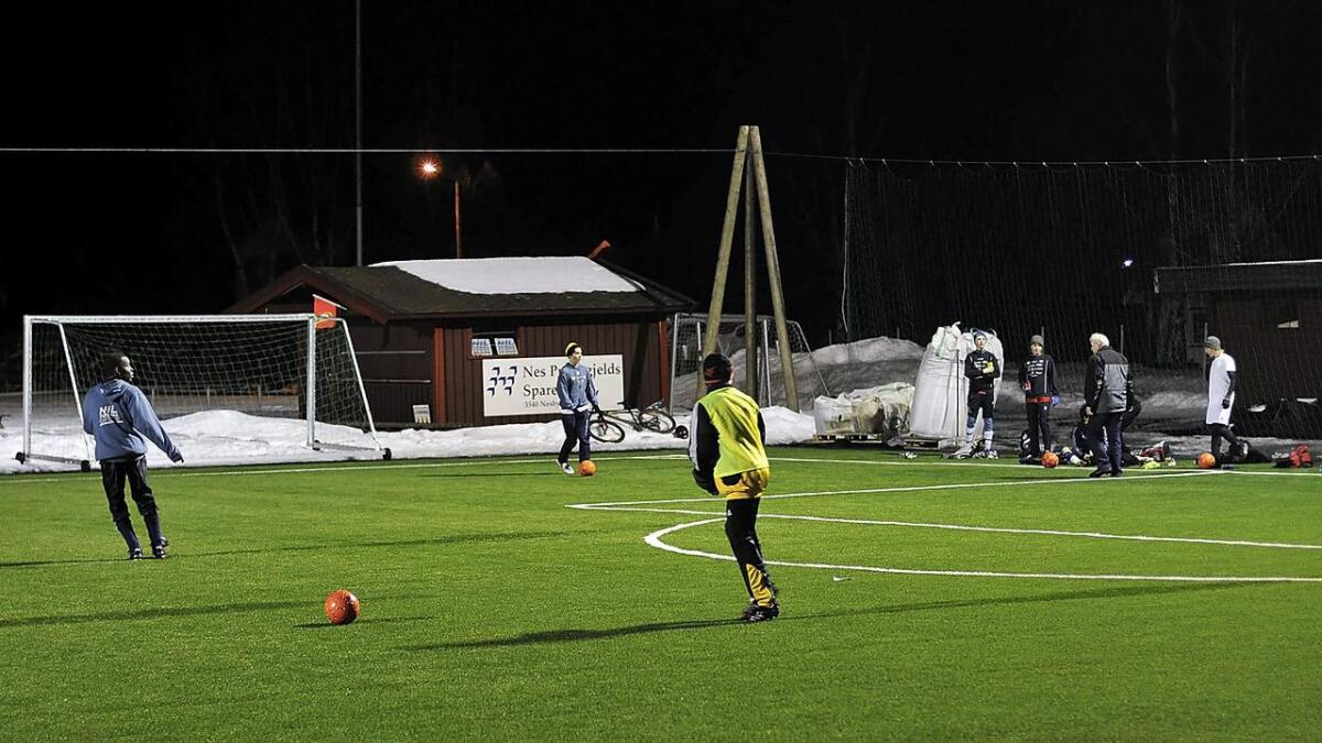 Det er over ti år sidan Nesbyen fekk sin første kunstgrasbane. No vil idrettslaget bygge ny.