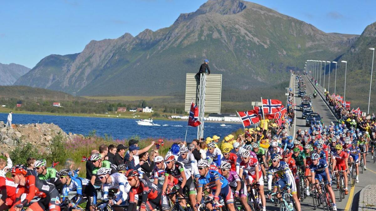 Illustrasjonsfoto fra 2013. 150.000 tilskuere så Arctic Race of Norway live og TV-sendingene nådde 11,5 millioner seere. Thor Hushovd i blå ledertrøye midt i bildet var ambassadør og vant rittet.