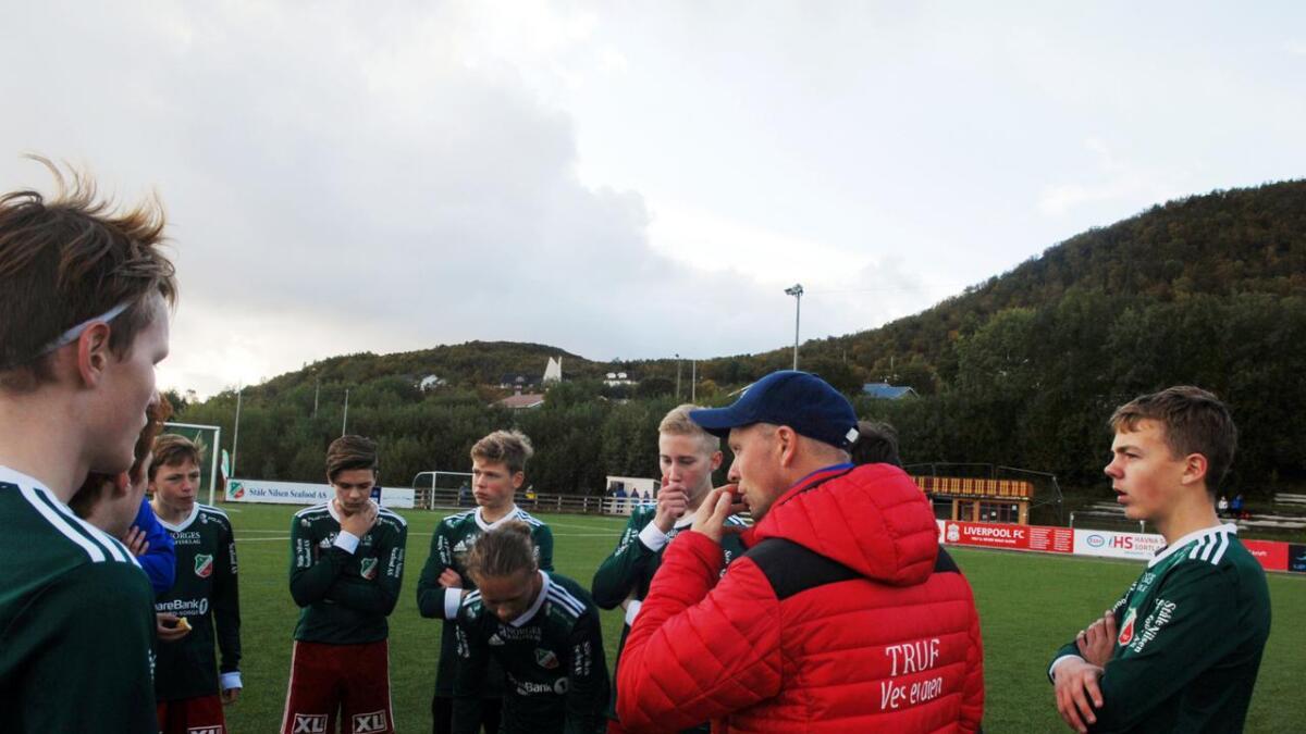 Trener Håvard Bråthen har lydhøre spillere i pausen.