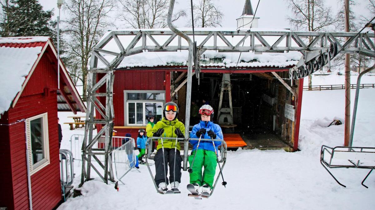 Magnus Hemre Sundsvoll og Håvard Nedkvitne synest det var kjempekjekt i Oppheimsheisen, som vart bygt i 1962. Biletet er frå 2016.