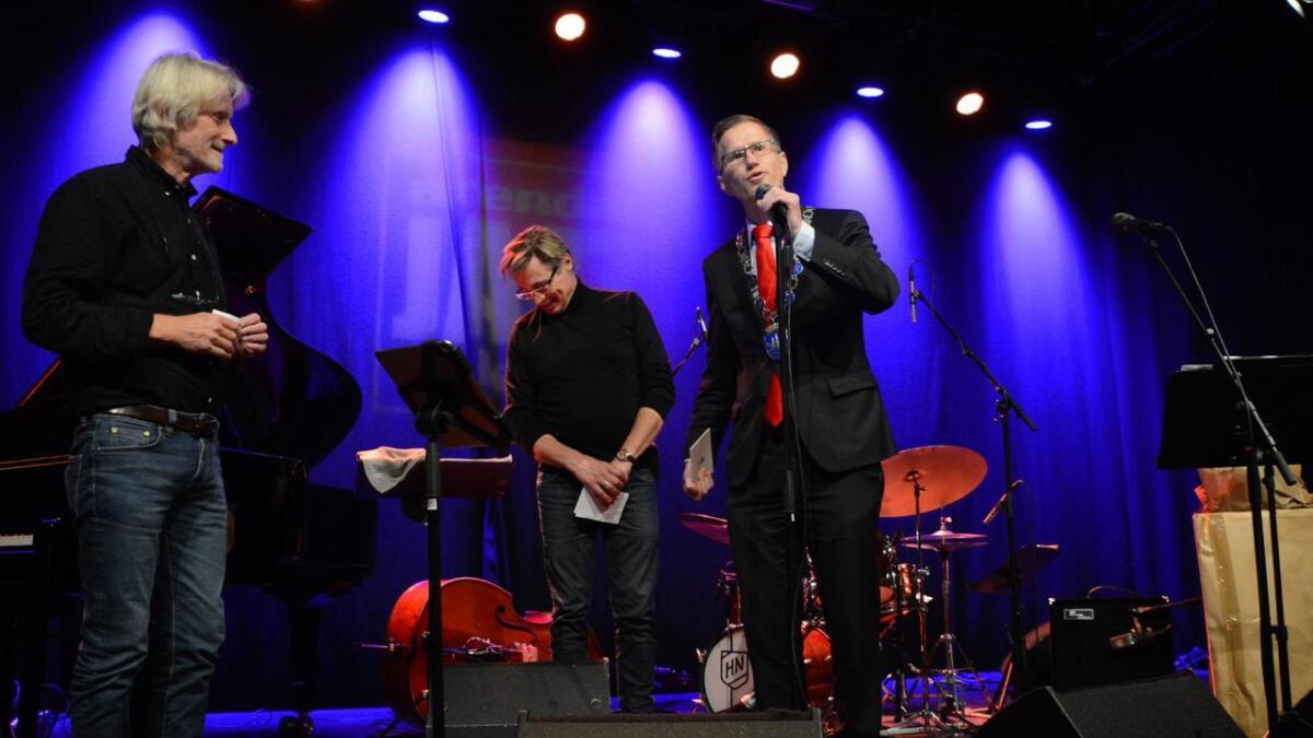 Ordfører Robert Cornels Nordli (Ap) delte ut kulturprisen for Arendal til to fornøyde herrer fra Arendal Jazzklubb, Frank Kvarstein og Preben Karlsen.