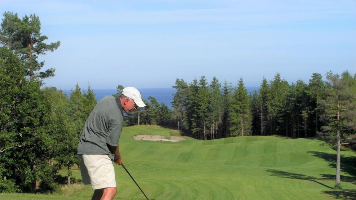 Dette skue blir vi møtt med når vi starter en golfrunde, utsikten fra utslaget på hull 1 er SLÅENDE vakkert.