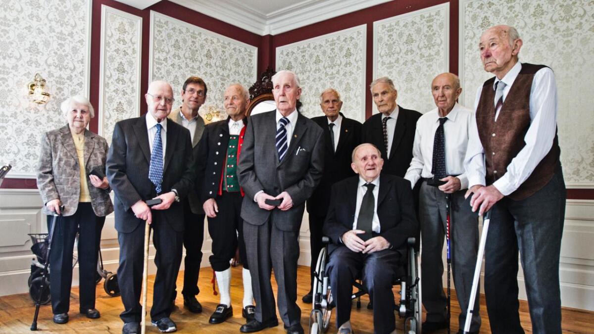 Borghild J. Bolstad, Kolbein Tveite, Kjell Høyland (for far sin Harald Høyland), Sjur Småbrekke, Bjarne Johan Stavenes, Ivar Himle, Andreas Hårklau, Birger Dagestad, Anders Rode og Sigurd Byrkje sittande.