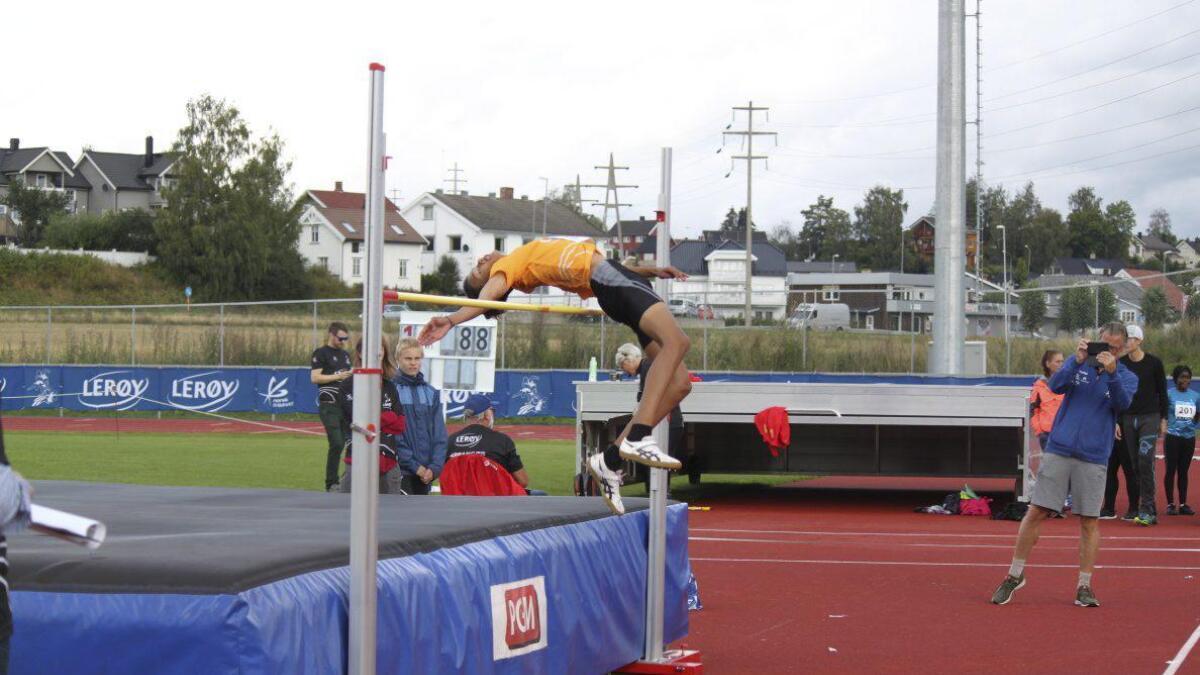 Michael Reklev (13), R&Å IL, er nå helt i norgestoppen i flere friidrettsøvelser. I Lerøylekene svingte han seg over 1,74 centimeter. Alle