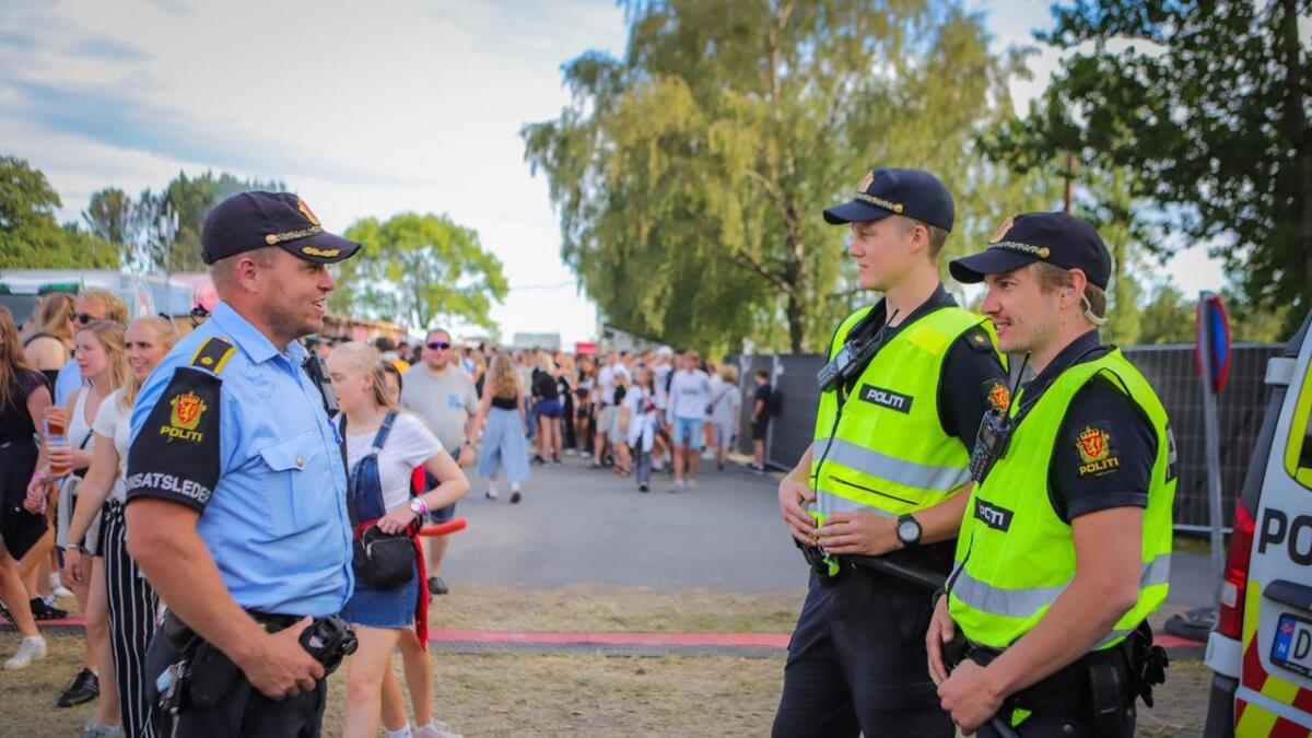 Innsatsleder Nils Erik Usterud (f.v.), politibetjent Simen Sjølund og politiførstebetjent Christoffer Svenningsen er klare til å hjelpe.