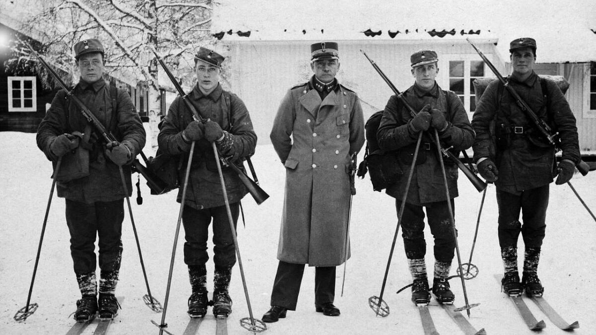 Kaptein Henrik Brun mellom soldatar på militær vinterskole på Elverum tidleg på 1930-talet.