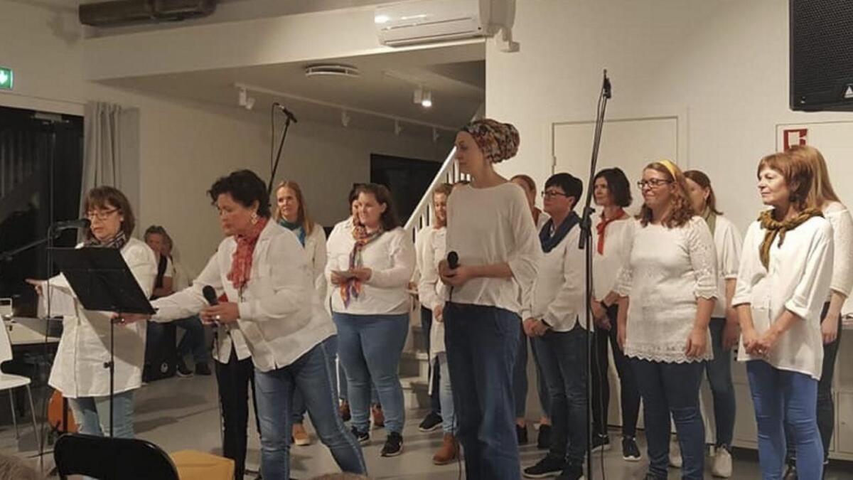 Eit kvitkledd kor gledde publikum med flott song.