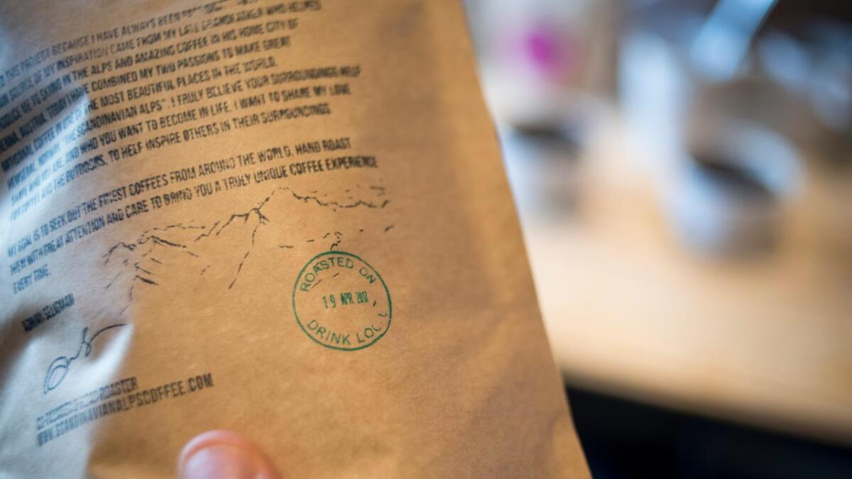 Adrian Seligman stemplar alle kaffiposane med datoen brenninga fant stad. Slik veit ein at kaffien er fersk.