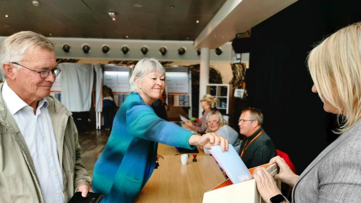Roald K. Kristensen og Turid Ettestøl syntes det var greit at det var mulig å stemme utenom valgdagen. De avla sine stemmer søndag.