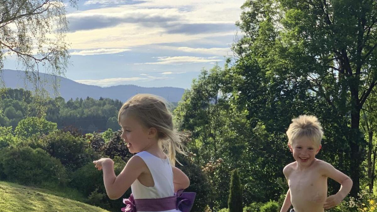 Sommeryre barn på besteforeldrebesøk, skriver Kjersti Rinde                Omsted som tekst t Ingebjørg Andrea og Harald Wilhelm Rinde Omsted.