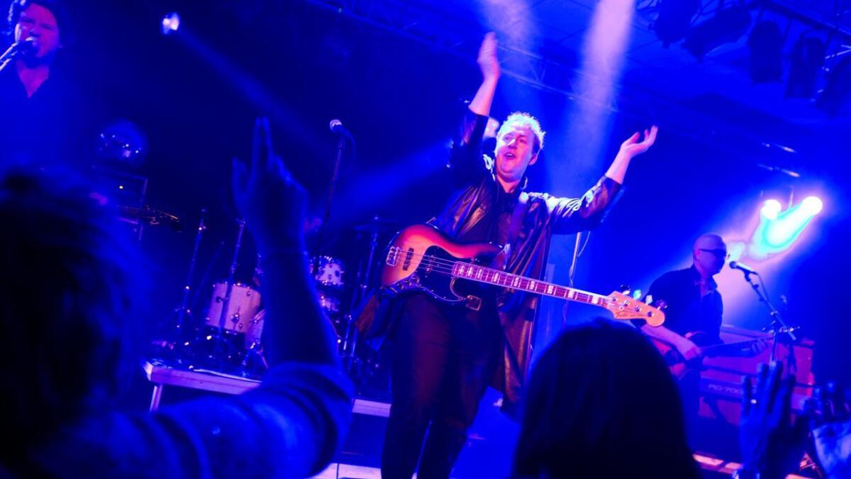Totten dreg publikum med i taktfast klapping på ein av 2. joledagsfestane i Vossasalen. Kølla (t.v.), Tommen og Svensken utgjer resten av bandet.