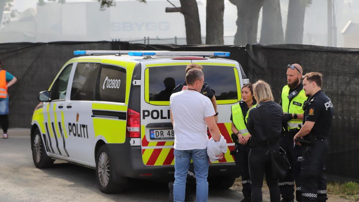 Politiet i samtale med en festivalgjenger på Skral.