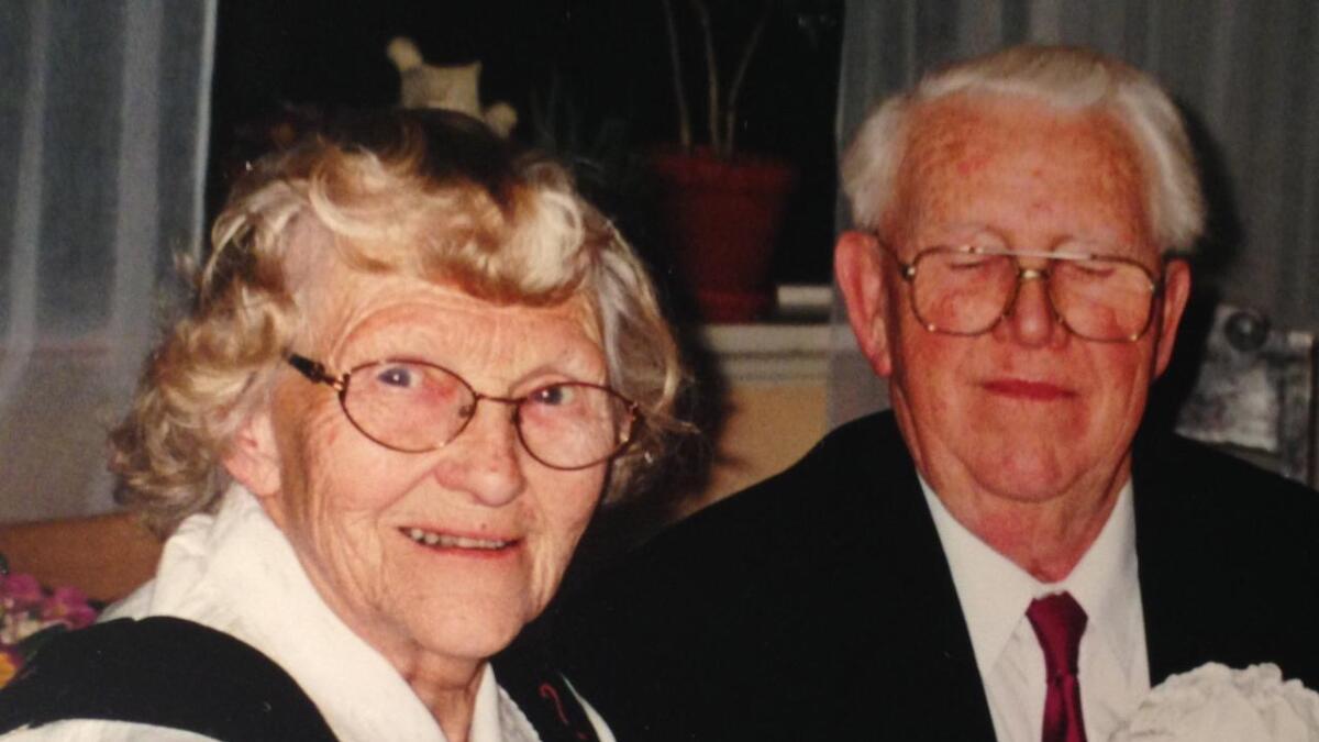 Gunvor Hovd Nilsen (95) gikk bort onsdag. Her sammen med sin mann Charles frar da hun var frisk og rask. De fikk Gunvors siste måned sammen på Nyskogen bo- og omsorgssenter.