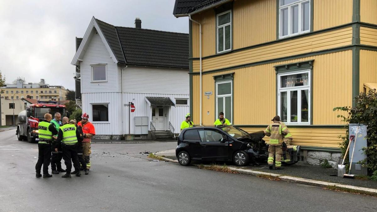 Personbilen fikk store skader i ulykken.