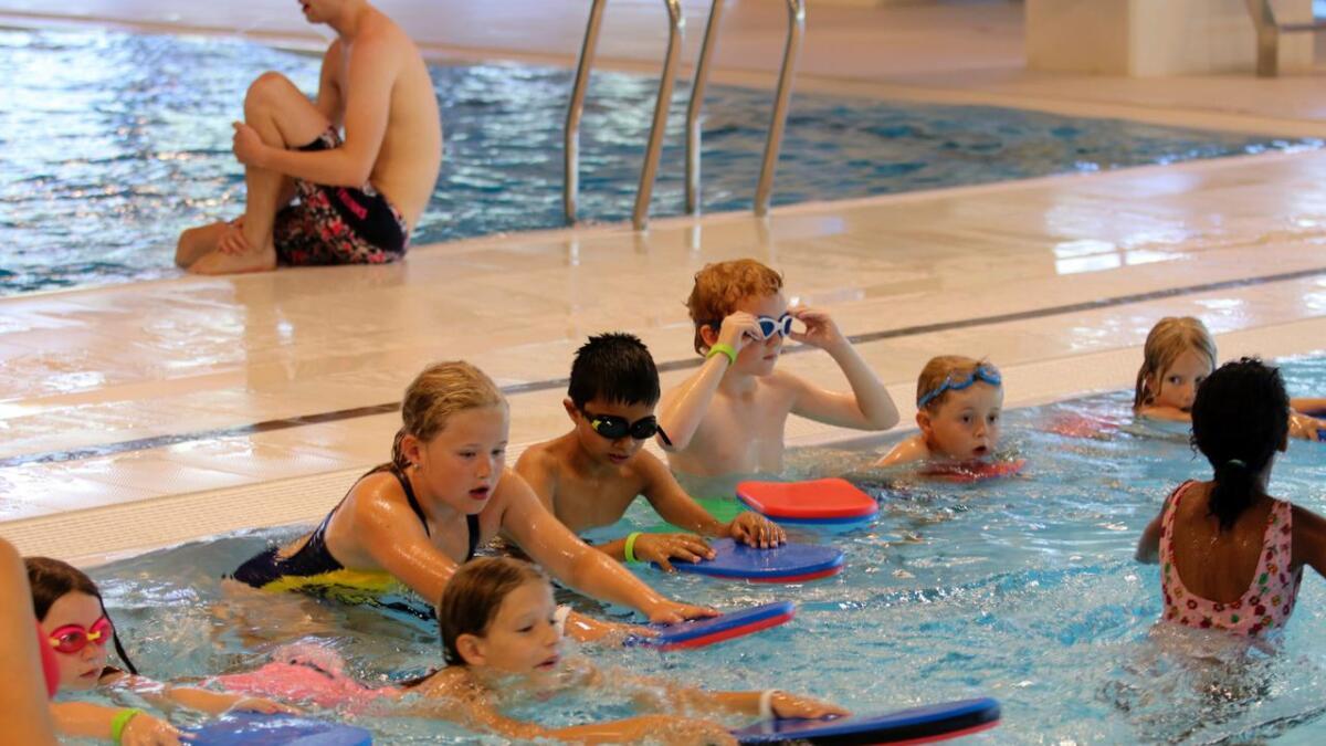Frå nyttår vil skuleklassar og barnehagar i Voss herad kunna bada gratis i bassenga her. Utanom skuletid lyt elevane likevel løysa billett, som før. Arkiv