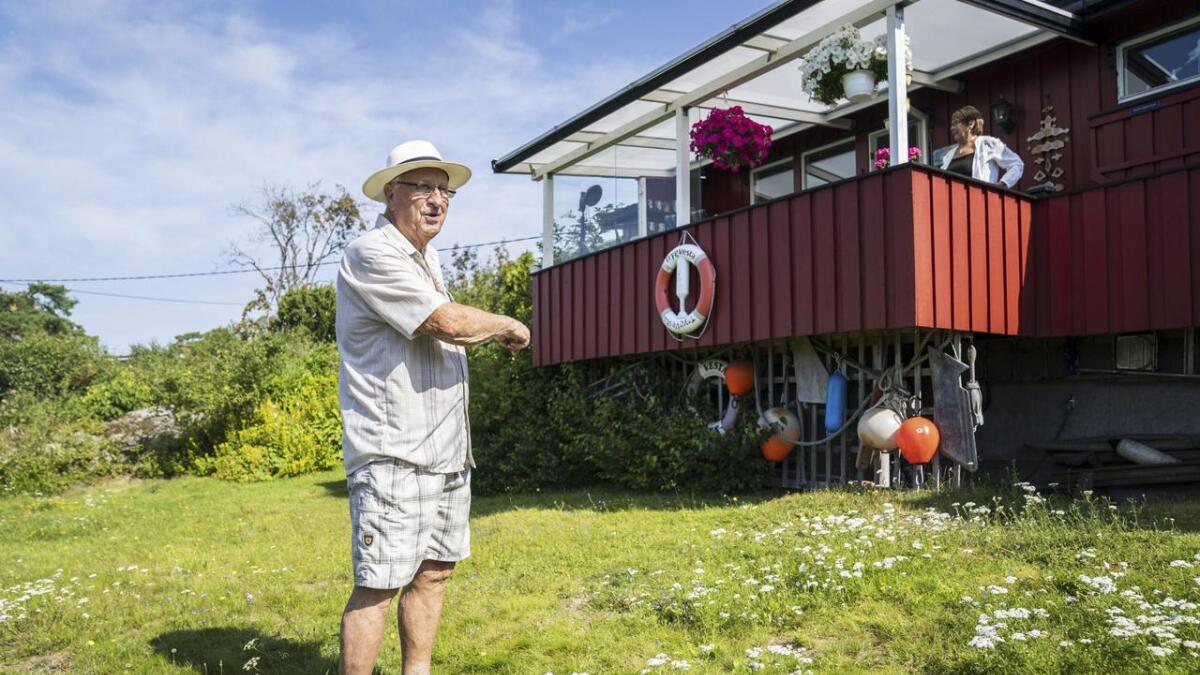 Det var et fuktig syn som møtte Turid (80) og Ragnar Sande (84) da varmtvannsbeholderen sviktet i fjor høst. Vannskadene fikk en prislapp på over 200.000 kroner. I dag er hytta tilbake i god stand.
