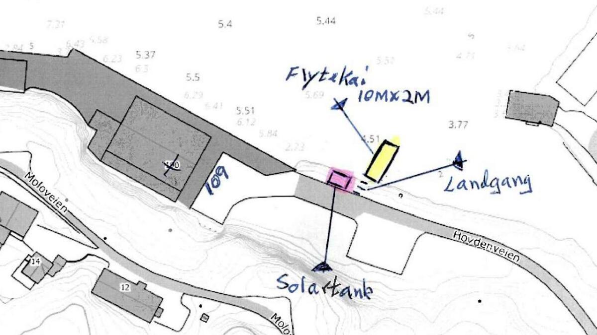 Skissa viser hvor ei ti meter lang kai er tenkt plassert, to meter bred, for fylling av drivstoff for den mindre flåten.