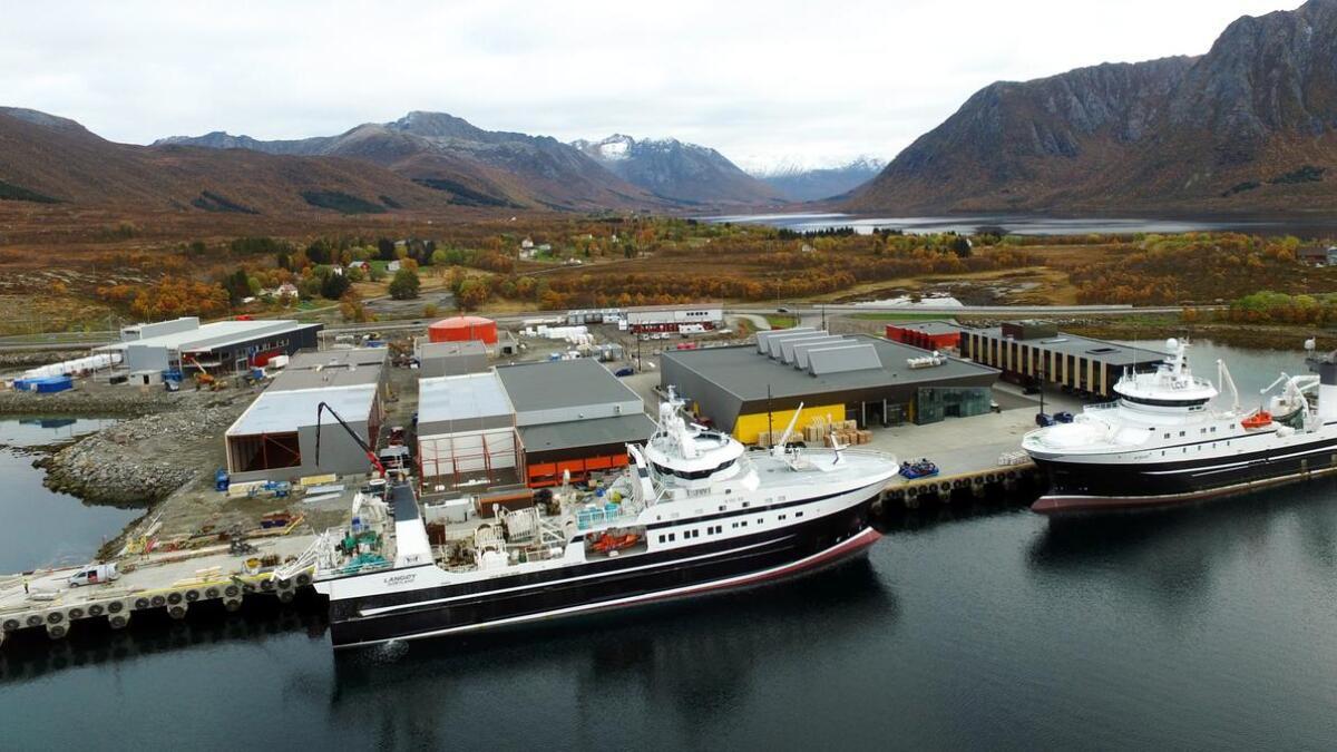 Holmøy Maritimes anlegg på Finneset nærmer seg komplett. Sist uke lå trålerne Langøy (t.v.) og Holmøy inne ved kaia samtidig. (Drone