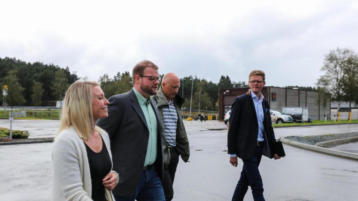 Styremedlem Tora H. Myklebust (t.v.), prosjektutviklar Geir Angeltveit, styreleiar Lars Solberg og stortingsrepresentant Terje Breivik (V).