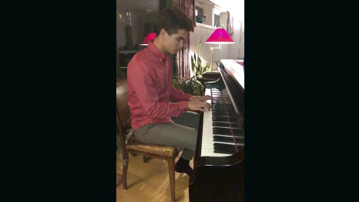Filip Delaveris begynte å spille piano for å få bukt med ensomheten.