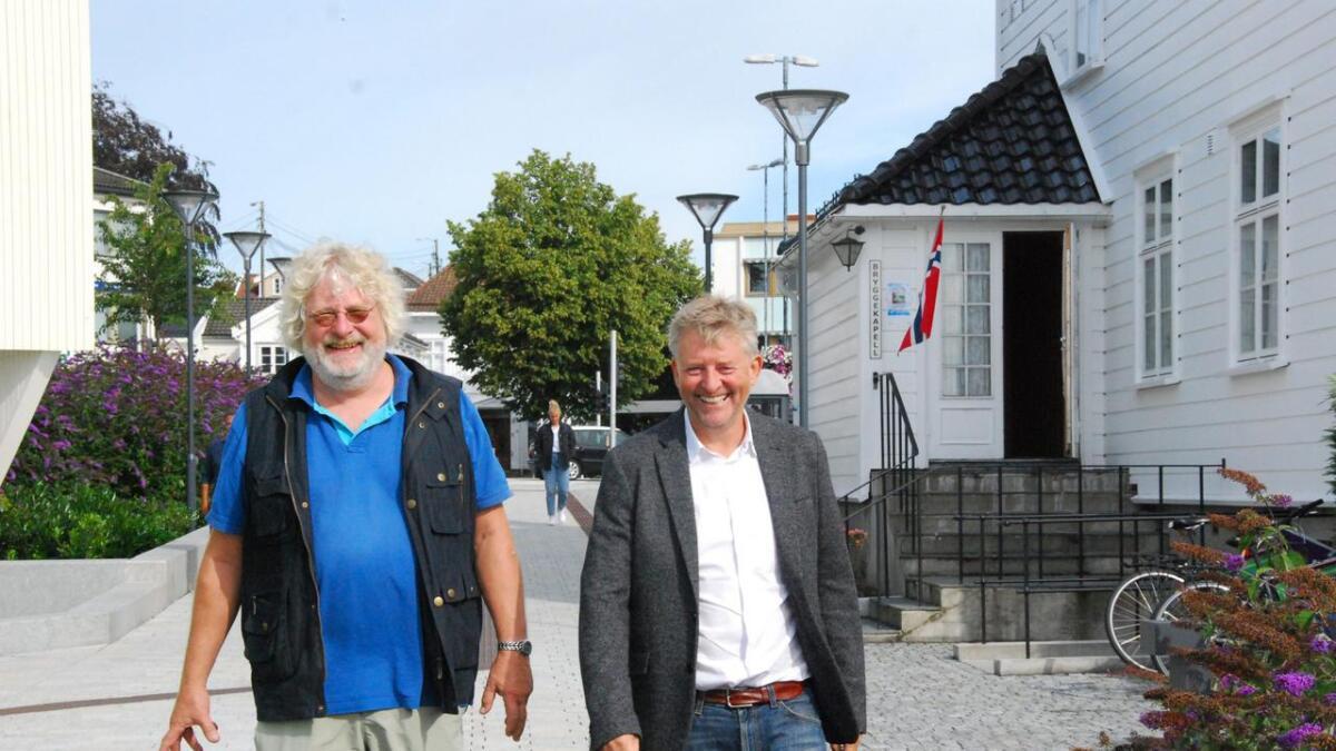 Venstres Øystein Haga og Arnt Gunnar Tønnessen mener gratis korttidsparkering i sentrum vil være viktig for å handelsnæringen i byen. – Man skal ikke kunne trenge å betale bare for å plukke opp en ting, sier de to.
