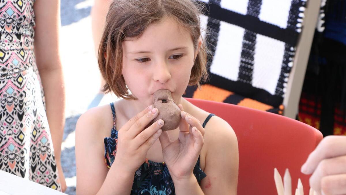 Isabell Smørholm (7) testar om det er lyd i leirgauken ho har laga.