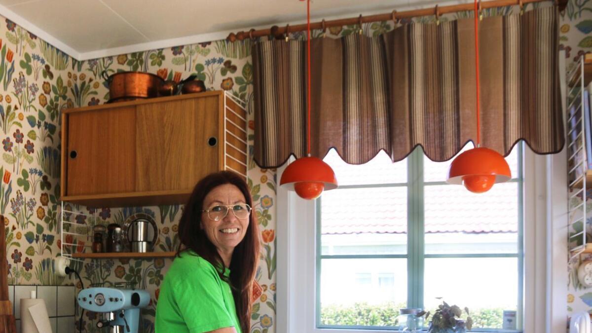 Både kjøkken og gardiner er kjøpt nye, med intensjon om at det skal likne       tilsvarende de hadde på 60-tallet. Legg merke til håndtakene – de er kjøpt for å matche. – Detaljene er kjempeviktig, sier Jessica.