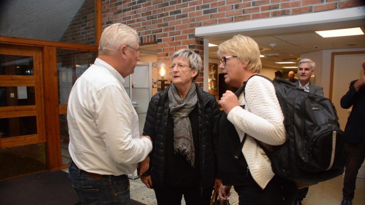 Aud Helen Moe og Gerd Elsie Larsen ankom rådhuset 21.45 tirsdag kveld, og er snart klare med å presentere valgresultatet for valgstyret.