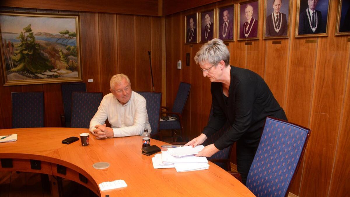 Aud Helen Moe kunne overlevere det endelige valgresultatet til valgstyrets leder Gunnar Topland.