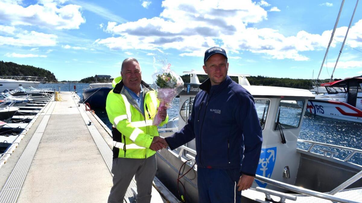 Steinar Eberg tok i juli imot båt og blomster fra Blindleia Marine. Håvard Kjelsrud Mathisen synes det var stas at deres første levering til det offentlige gikk til hjemkommunen.