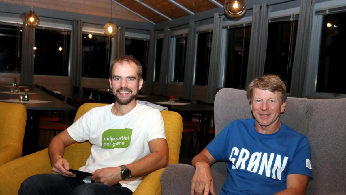 Øystein Ormåsen (t.v.) og Sveinung Klyve med breie MDG-smil tidleg på valkvelden. - Men no i etterkant er me nok  litt skuffa, vedgår Klyve.