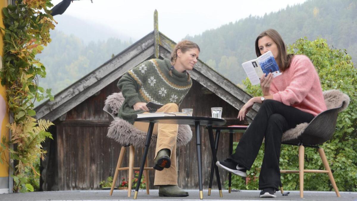 Programleiar for NRK-programmet «Bokekspedisjonen» Pia Rivelsrud og Flatdal-forfattar Helga Flatland på tunet i barndomsheimen til Flatland. Her les forfattaren frå si fyrste bok «Bli hvis du kan, reis hvis du må».   ALLE